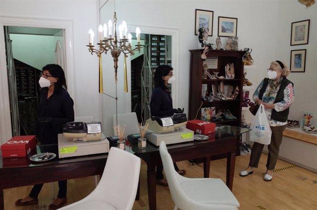 Una zapatería abierta en Zaragoza el día en el que pasa junto el resto de provincias de la comunidad, Teruel y Huesca,  a la Fase 1 del Plan de Desescalada. En Zaragoza (Aragón), a 11 de mayo de 2020.