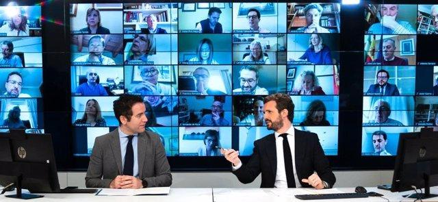El líder del PP, Pablo Casado, junto al secretario general del partido, Teodoro García Egea, en la reunión telemática con  el grupo parlamentario popular. Madrid, a 6 de abril de 2020.