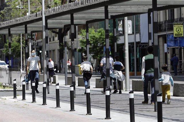 Transeúntes disfrutan de una mañana en el centro de la capital en la celebración de un más que atípico 2 de mayo, durante el primer día en que los españoles pueden salir de casa a pasear y hacer ejercicio al aire libre, pero solo en determinadas franjas h