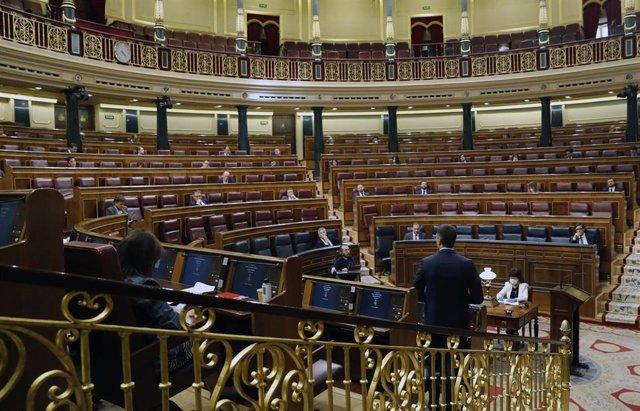 El presidente del Gobierno, Pedro Sánchez, interviene desde su escaño durante el pleno del Congreso este miércoles donde se autorizará otra prórroga del estado de alarma solicitada por el Gobierno, en Madrid (España), a 6 de mayo de 2020.