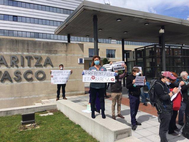 ELA, LAB, CCOO y UGT protestan ante las sedes del Gobierno Vasco.