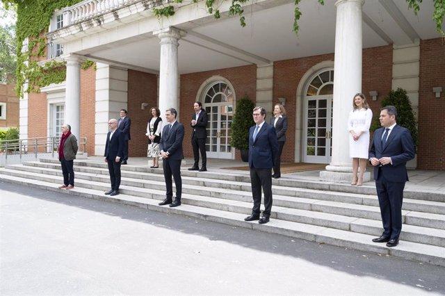 El secretario general de UGT, Pepe Álvarez; el secretario general de CCOO, Unai Sordo; el presidente del Gobierno, Pedro Sánchez; el presidente de la CEOE, Antonio Garamendi; y el presidente de CEPYME, Gerardo Cuerva, junto con otros ministros.