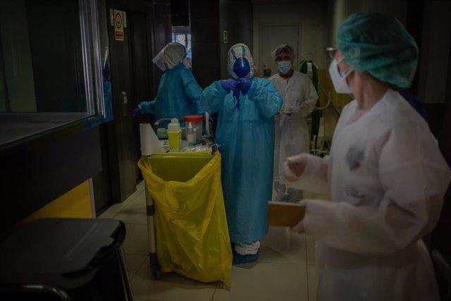 Voluntaris de l'ONG Proactiva Open Arms preparen en un passadís el material per realitzar test ràpids de Covid-19 als residents de la Residència Geriátrica Redós de Sant Pere de Ribes/Barcelona/Catalunya (Espanya) a 30 d'abril de 2020.