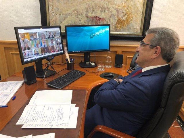 El vicepresidente de Canarias, Román Rodríguez, en una reunión por videoconferencia con la ministra de Hacienda, María Jesús Montero