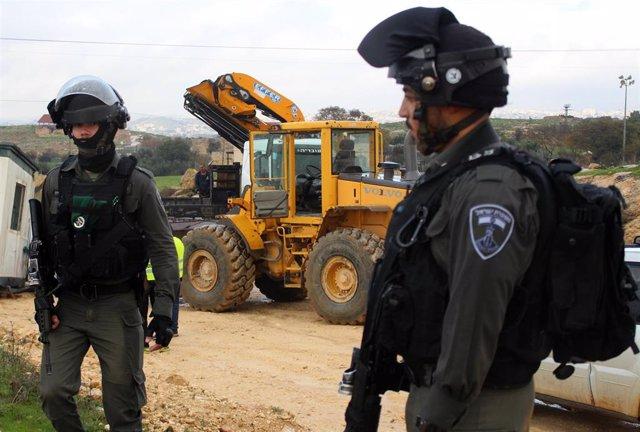 Soldados de Israel junto a un buldócer tras la retirada de un tráiler usado como clase en la aldea de Susia, ubicada en los alrededores de la ciudad cisjordana de Yata