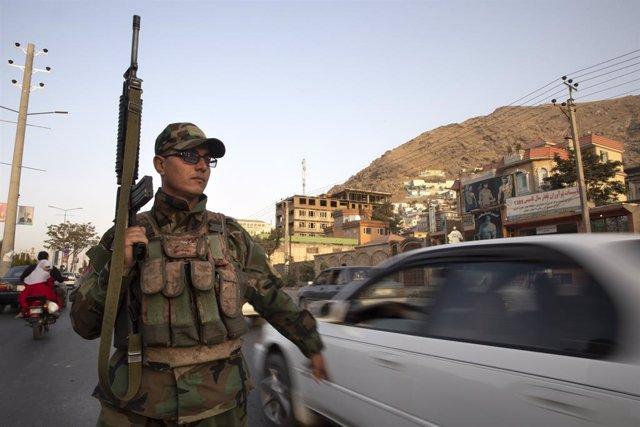 Un militar de l'Afganistan en un lloc de control a la capital, Kabul