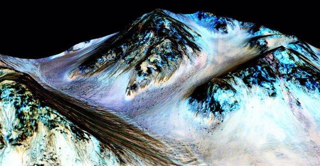 Surcos oscuros en Marte donde se cree que afloran salmueras