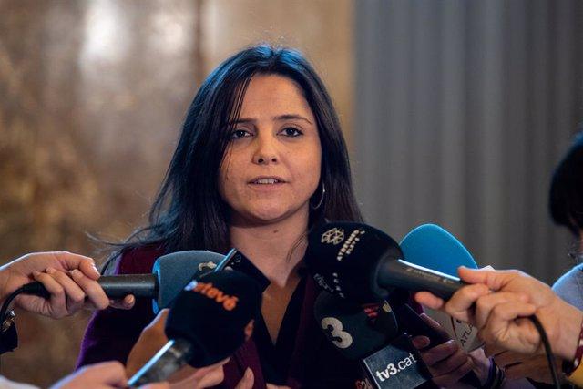 La diputada al Parlament de Catalunya per la CUP, María Sirvent ofereix declaracions als mitjans de comunicació després de la sessió plenària del Parlament de Catalunya, a Barcelona (Espanya), a 5 de febrer de 2020.