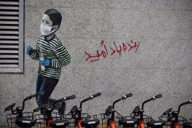 Pintada de un niño con mascarilla en Teherán