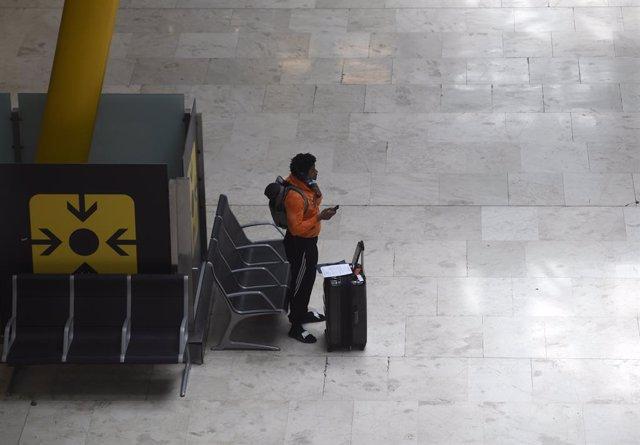 Pasajeros esperan en el Aeropuerto Adolfo Suárez Madrid Barajas