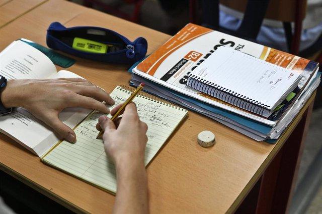 Un alumno de Bachillerato de Madrid realiza un ejercicio de inglés.