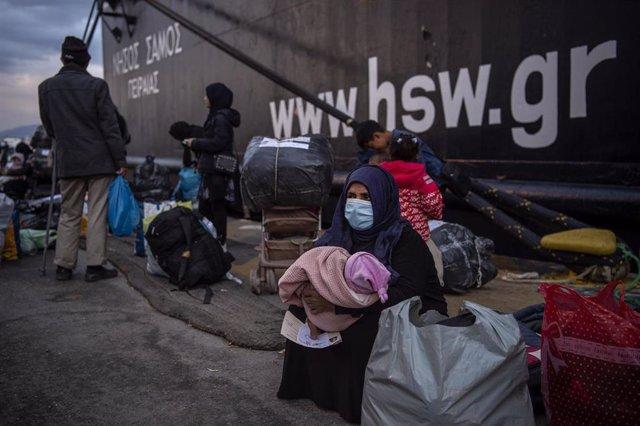 Migrantes llegan a la Grecia continental desde los campos en la isla de Lesbos