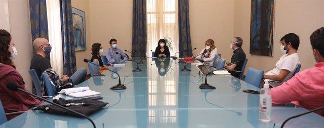 Reunión de Julia Parra con representantes de las artes escénicas.