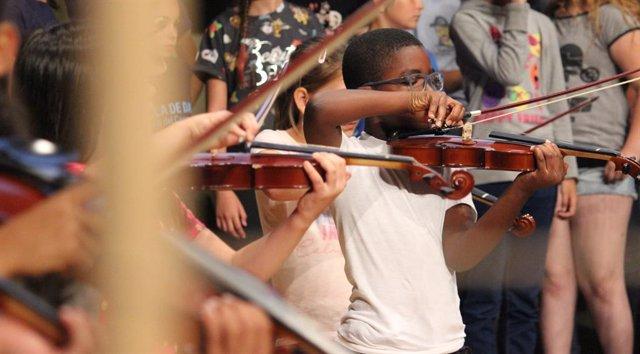 Projecte 4cordes. UBUNTÚ, Jo sóc perquè nosaltres som, de Musicop SCCL (Mataró), seleccionat en la convocatòria de 2018 del programa Art for Change La Caixa, a la disciplina de Música.