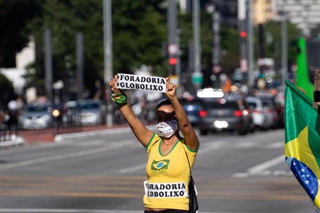 Un manifestante apoyando al presidente de Braisl, Jair Bolsonaro