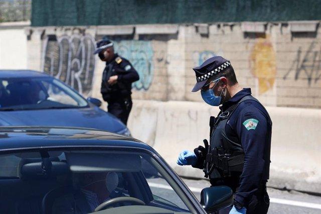 Policía Local de Málaga realiza controles de carreteras de cara al puente del 1 de Mayo para que los malagueños no acudan a las segundas residencias por el decreto de Estado de Alarma a causa del COVID-19. Málaga a 30 de abril del 2020