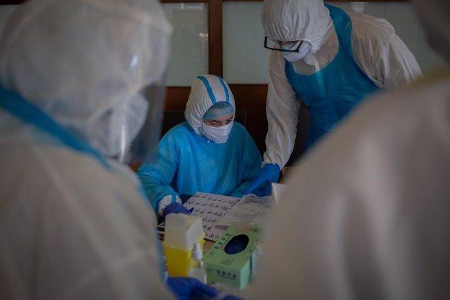 Voluntaris de l'ONG Proactiva Open Arms en la Residncia Geriátrica Redós de Sant Pere de Ribes on estan realitzant tests rpids de Covid-19 a residents i treballadors sanitaris a 30 d'abril de 2020.
