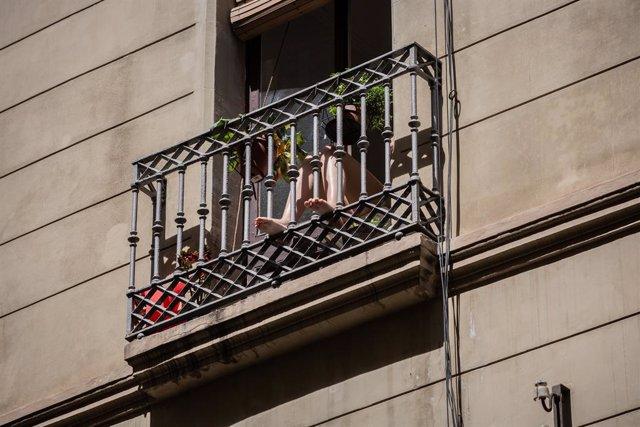 Una persona pren el sol en la seva balconada durant el tercer dia de desconfinamiento d'adults i durant la fase 0 de la desescalada en la qual es permet l'obertura de certs establiments, a Barcelona/Catalunya (Espanya) a 4 de maig de 2020.