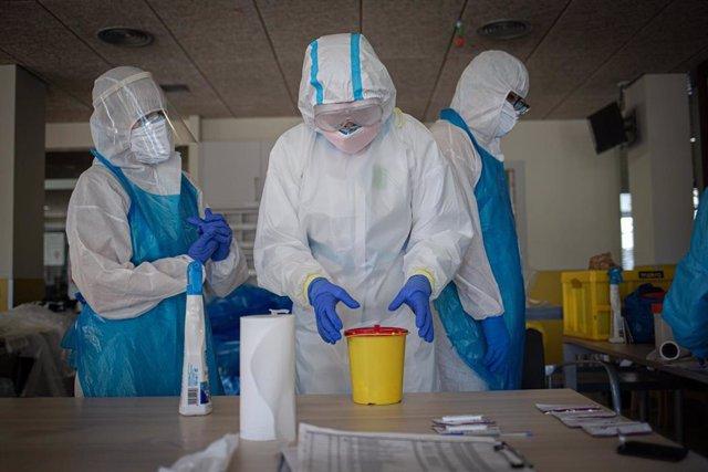 Voluntarios realizan pruebas en una residencia (Archivo)
