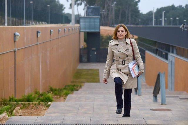 L'expresidenta del Parlament Carme Forcadell sortint de la presó de Mas d'Enric, al Catllar (Tarragona), per primera vegada en aplicació de l'article 100.2 del Reglament Penitenciari, el dilluns 17 de febrer de 2020.