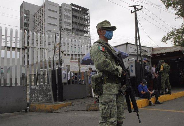 Militar con mascarilla en Ciudad de México durante la pandemia de coronavirus