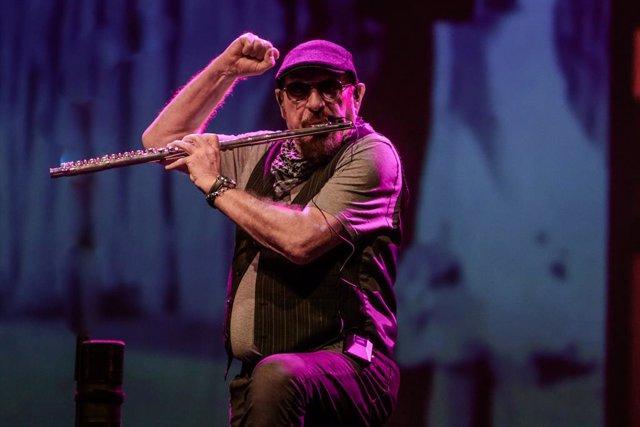 El cantante Ian Anderson junto a su banda Jethro Tull en el concierto de The Prog Years en Madrid a 29 de febrero de 2020
