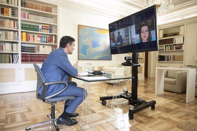 El presidente del Gobierno, Pedro Sánchez, durante una videoconferencia con  la líder de Ciudadanos, Inés Arrimadas, el 16 de abril de 2020.