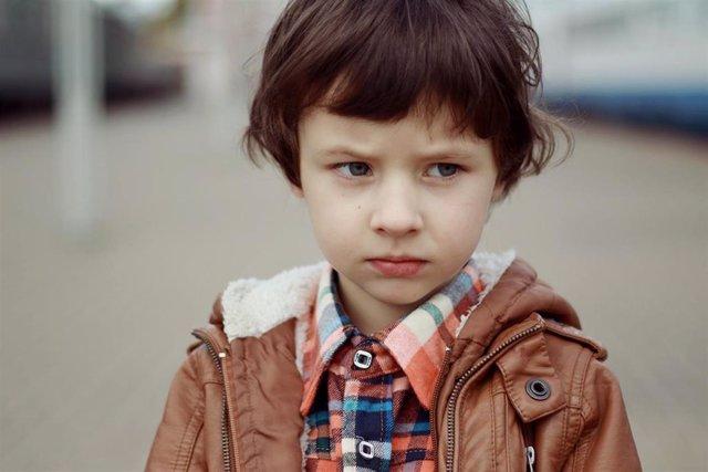 Autismo, Asperger, niño serio