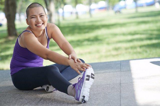 Superviviente de cáncer haciendo ejercicio.