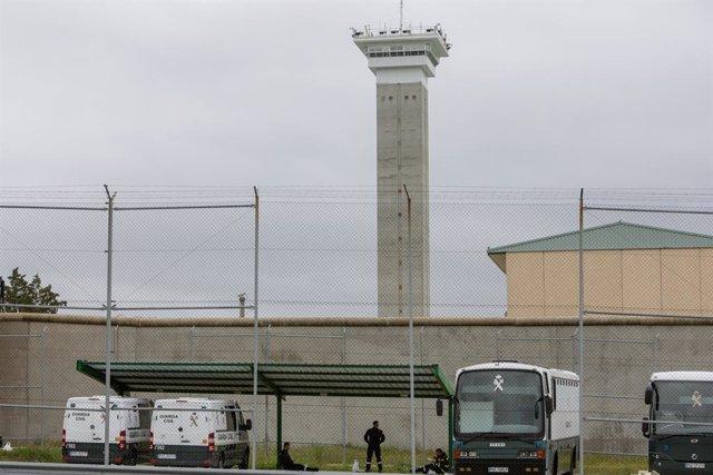 Furgons de la Guàrdia Civil aparcats a la presó de Soto del Real on els efectius de la UME s'han desplegat per desinfectar les instal·lacions i evitar l'expansió del coronavirus, Soto del Real ( Madrid/Espanya), 20 de març del 2020.
