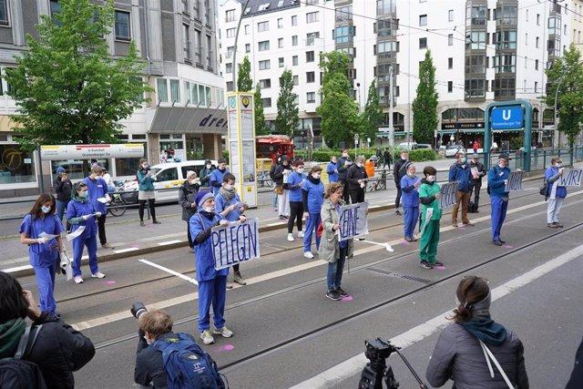 Personas manifestándose con motivo del Día Internacional de la Enfermería el 12 de mayo en Berlín