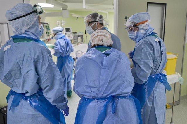 Enfermeros en su jornada laboral en el Día Internacional de la Enfermería en uno de los centros de Barcelona HM Hospitales en el que trabajan durante la crisis sanitaria del Covid-19, en Barcelona/Catalunya (España) a 12 de mayo de 2020.