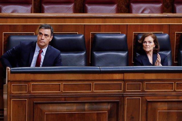 El presidente del Gobierno, Pedro Sánchez y la vicepresidenta primera, Carmen Calvo, en el hemiciclo del Congreso