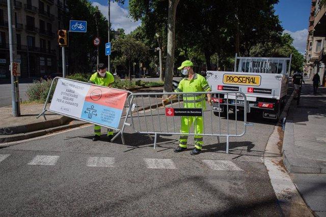 Corte de tráfico del lateral de la avenida Diagonal de Barcelona para que los peatones puedan mantener las distancias de seguridad