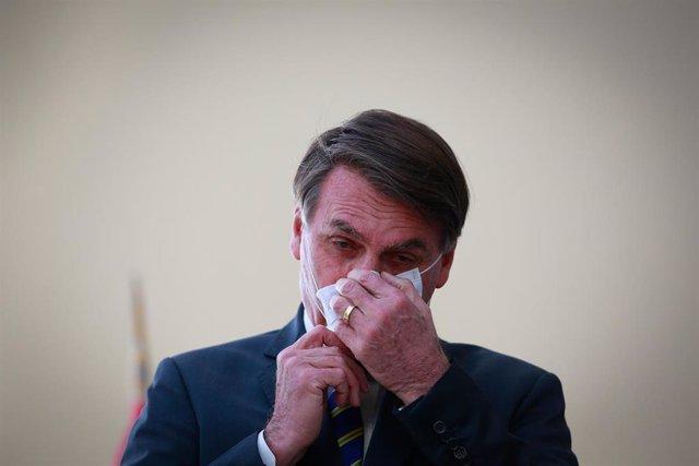 El presidente de Brasil, Jair Bolsonaro, con mascarilla por la pandemia de coronavirus