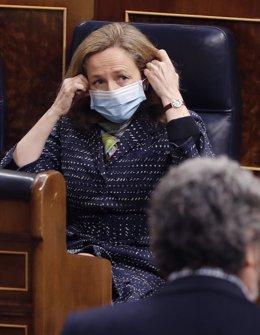 La vicepresidenta tercera y ministra de Asuntos Económicos y Transformación Digital, Nadia Calviño, antes del comienzo de la sesión de control al ejecutivo en el Congreso de los Diputados del 13 de mayo de 2020.