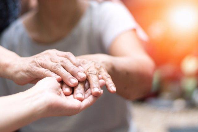 Parkinson, mano, mujer mayor, atención, ayuda, cuidadora