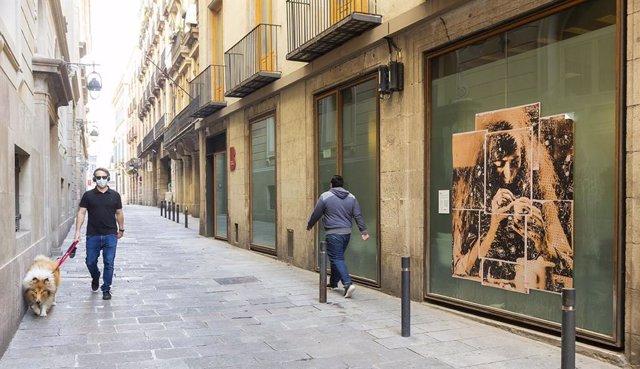 Uno de los retratos de 'Muses', en las calles del Gótic de Barcelona