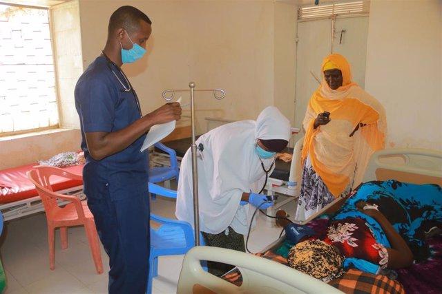 Atención a una paciente en la maternidad de Galkayo, en el centro de Somalia