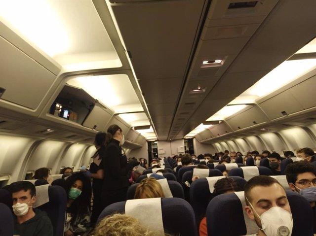 Pasajeros de un avión durante la crisis del coronavirus