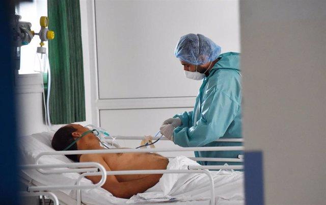 11 May 2020, Tunisia, Tunis: Amedic treatings a Coronavirus patient at the Charles Nicole hospital. Photo: Jdidi Wassim/SOPA Images via ZUMA Wire/dpa