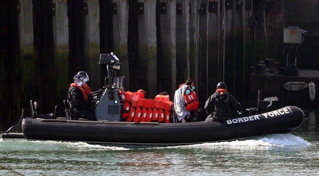Traslado de migrantes en Dover