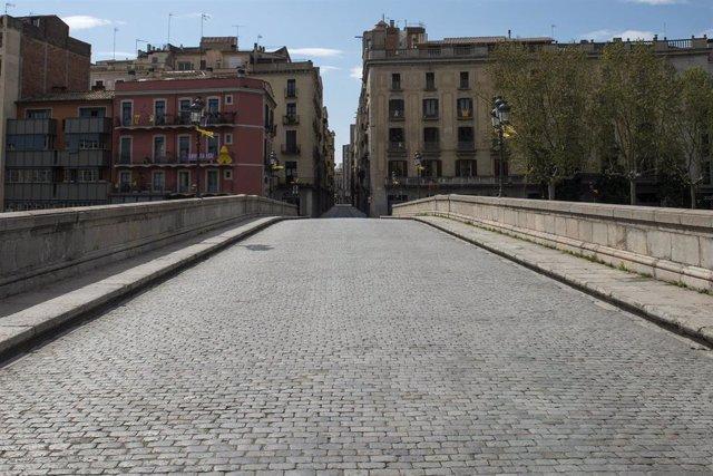 Pont de Pedra de Girona, desert durant el Dimecres Sant de Setmana Santa per les normes de confinament de l'estat d'alarma decretat pel Govern per a la lluita contra el coronavirus, a Girona/Catalunya (Espanya) a 8 d'abril de 2020.