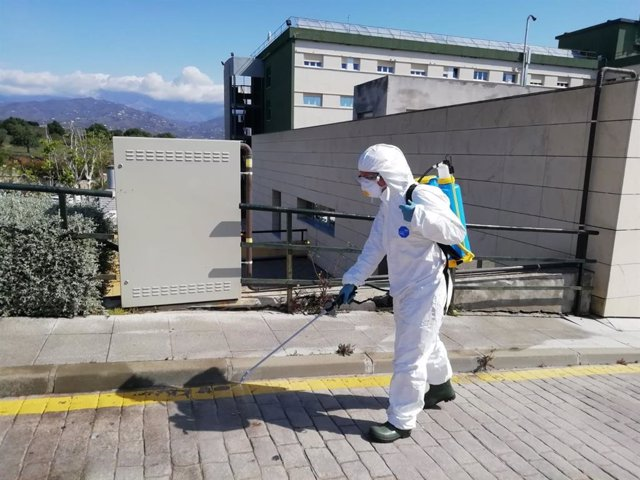 Bomberos pulverizan el exterior del Hospital de la Axarquía, en Málaga, e instalan máquinas desinfectantes de ozono