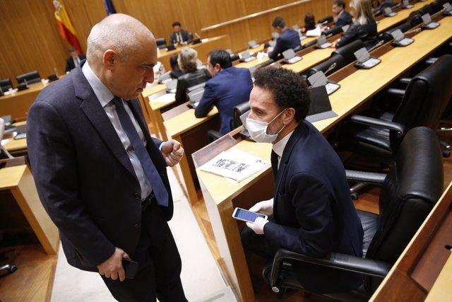 El diputado socialista Rafael Simancas (i) y el de Ciudadanos Edmundo Bal (d), conversan este miércoles en la primera sesión de la Comisión del Congreso para la Reconstrucción Social y Económica. En Madrid (España) a 13 de mayo de 2020.