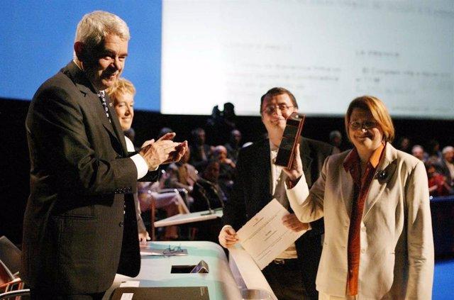 Vicent Partal y Assumpció Maresma recibieron en 2004 el Premi Nacional de Periodisme 2004 de manos del presidente Pasqual Maragall i la consellera Caterina Mieras