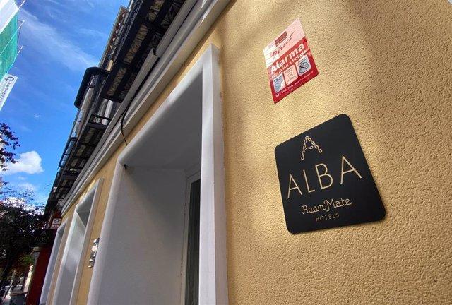 Entrada al hotel Room Mate Alba, en la calle de las Huertas de Madrid, uno de los dos hoteles donde serán trasladadas personas mayores de residencias que no estén afectados por coronavirus.