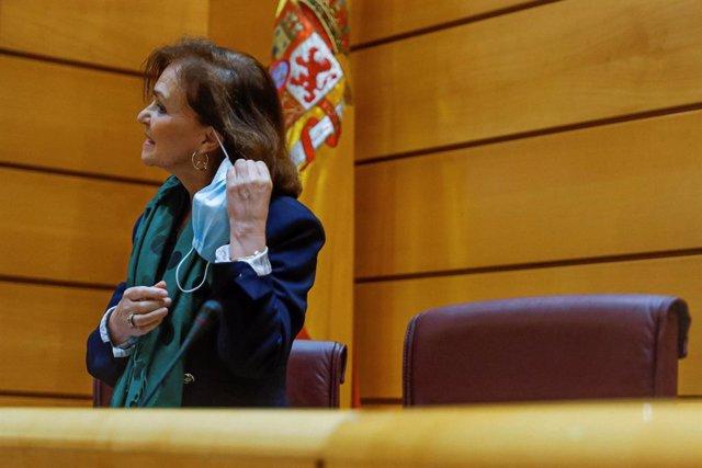 La vicepresidenta primera y ministra de la Presidencia, Relaciones con las Cortes y Memoria Democrática, Carmen Calvo, se quita la mascarilla antes de comparecer ante la Comisión Constitucional del Senado. En Madrid (España) a 13 de mayo de 2020.