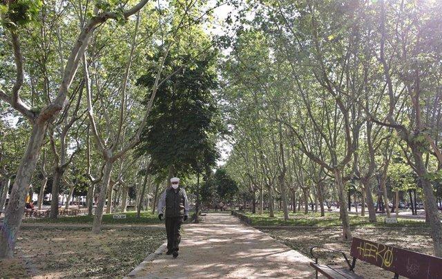 Un anciano con mascarilla pasea por un camino del Parque Calero, en el distrito de Ciudad Lineal de la capital, uno de los que el Ayuntamiento de Madrid ha abierto y en los que se permite pasear y hacer ejercicio, en Madrid (España), a 8 de mayo de 2020