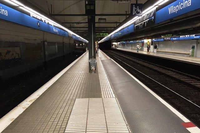 L'estació de Vilapicina de la L5 del Metre de Barcelona durant l'estat d'alarma pel coronavirus